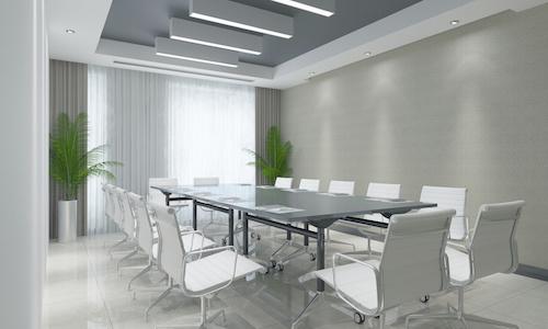 Moderner Business Konferenzraum mit Tisch und Stühlen