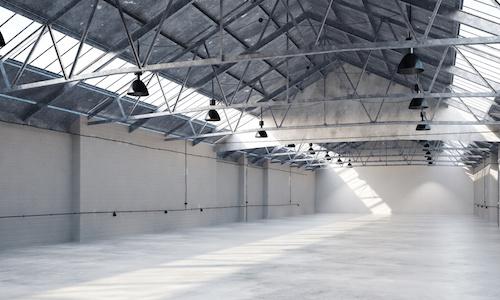 Leere große Lagerhalle von innen als Gewerbefläche